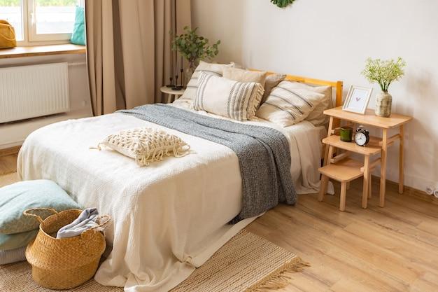 大きな窓、床に寄木細工の床、明るい壁のある広々としたアパートメント