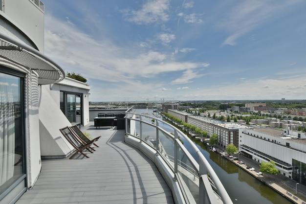 도시 건물과 강의 훌륭한 전망을 제공하는 넓은 발코니