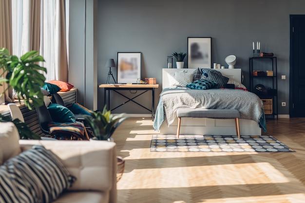 넓은 침실 인테리어, 아파트, 거실.