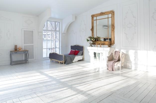 앤티크 장식과 구식의 아름답고 세련된 가구로 세련되고 고전적인 디자인으로 넓고 밝은 거실