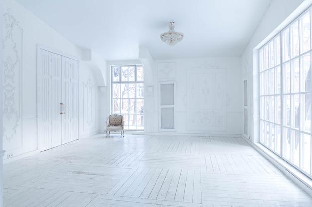 アンティークな装飾と古いスタイルの美しいシックな家具を備えたスタイリッシュでクラシックなデザインの広々とした明るいリビングルーム