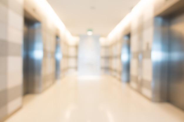 Просторный коридор с металлическими дверями