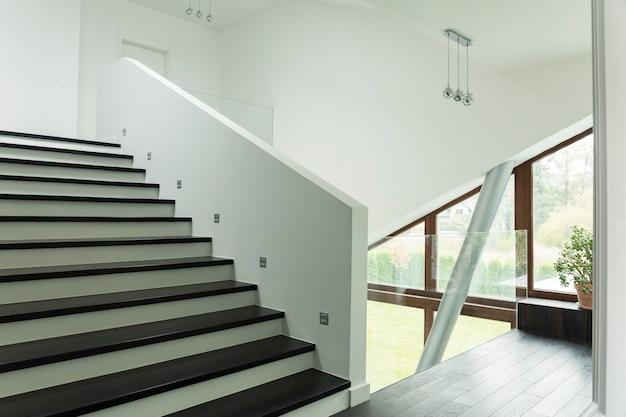 계단이 있는 넓은 복도