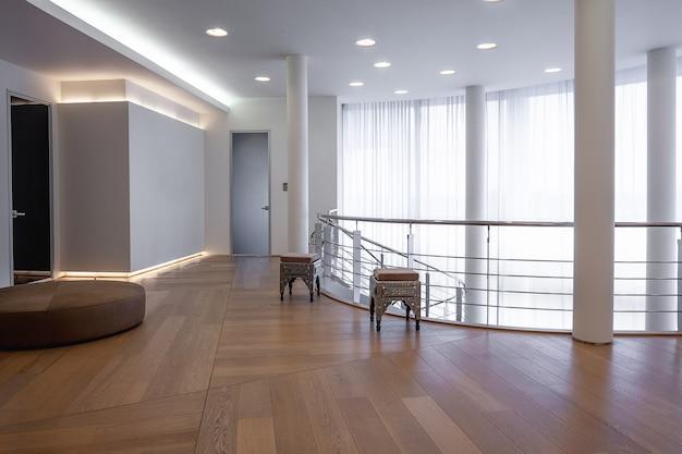 広い窓のある大邸宅の上層階の広々とした廊下