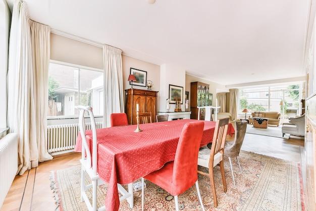 나무 바닥이있는 현대적인 아파트의 테이블과 의자가있는 넓은 미니멀 스타일의 식당