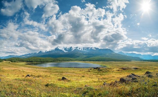夏の日に湖のある広々とした山の谷