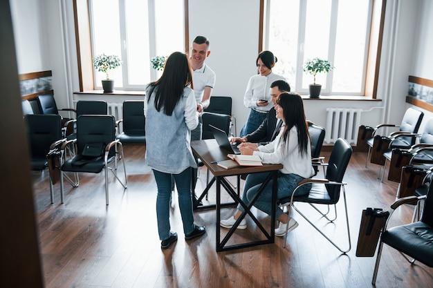 Просторная комната. деловые люди и менеджер работают над своим новым проектом