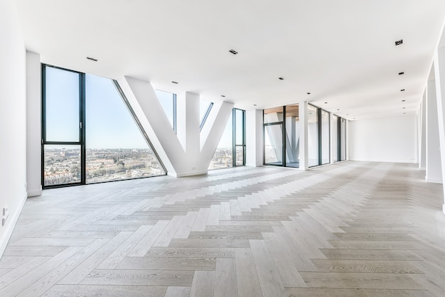 펜트 하우스 아파트에서 쪽모이 세공 마룻 바닥과 탁 트인 창문으로 도시를 조망할 수있는 넓은 스튜디오 아파트