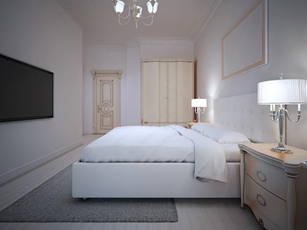 벽걸이 형 tv가있는 넓은 호텔 객실 내부