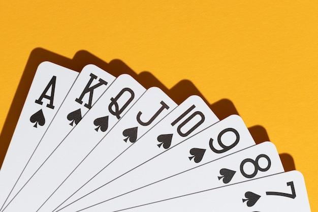 黄色の背景にスペードカード