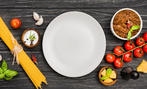 Spaghetiiボロネーゼの食材とプレート