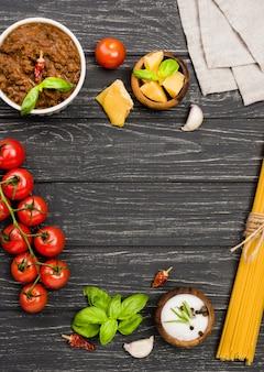 机の上のspaghetiiボロネーゼの食材