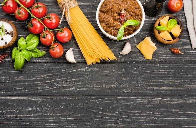 テーブルの上のspaghetiiボロネーゼの成分