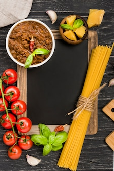 黒板とspaghetiiボロネーゼの食材