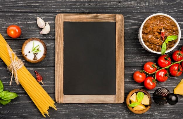 黒板の横にあるspaghetiiボロネーゼの食材