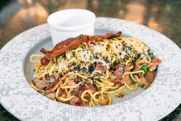 Spaghetti aglio e olio с беконом - жареные спагетти с чесноком, оливковым маслом, петрушкой, сыром пармезан-реджано и беконом
