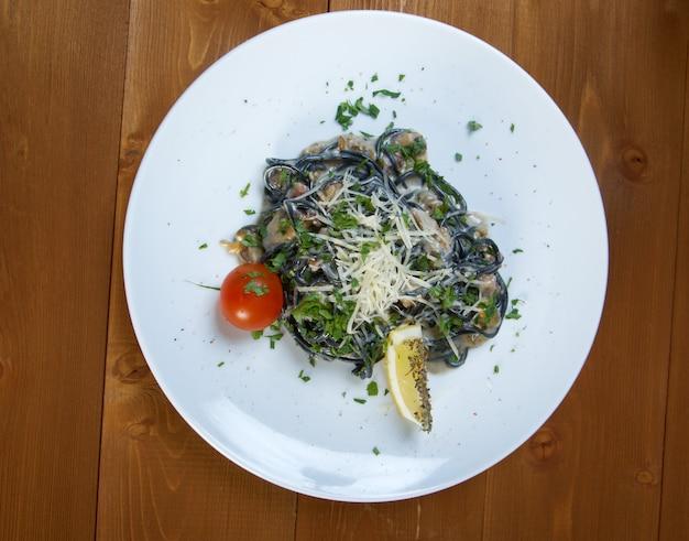 Спагетти аль неро ди сеппия. паста нера водоросли, морепродукты,