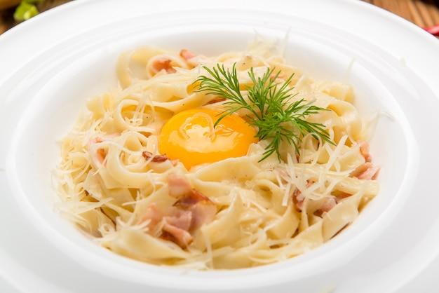 カルボナーラ・スパゲッティ。皿の上の美しくておいしい食べ物