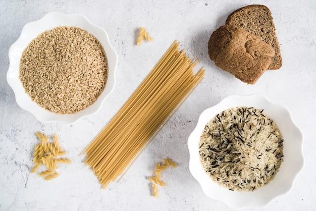 Спагетти и миски с различными сортами риса