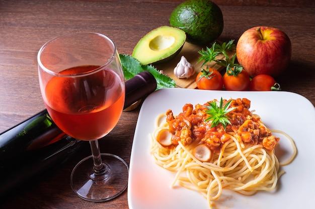 スパゲッティとイタリアのパスタ、木製の裏地にワイン