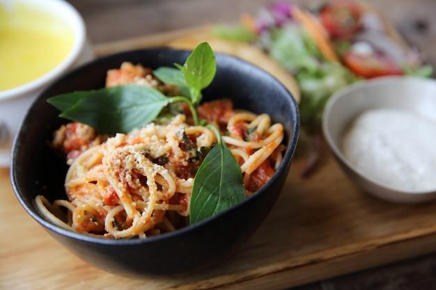 Спагетти и фрикадельки на деревянном фоне итальянской кухни