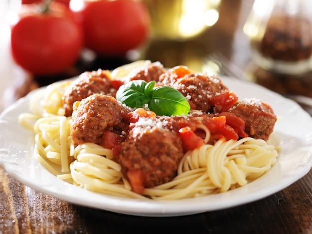 スパゲティとミートボールとバジルの付け合わせ