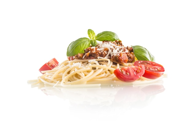 스파게티 볼로네제 바질 토마토와 파마산 치즈가 흰색으로 분리되어 있습니다.