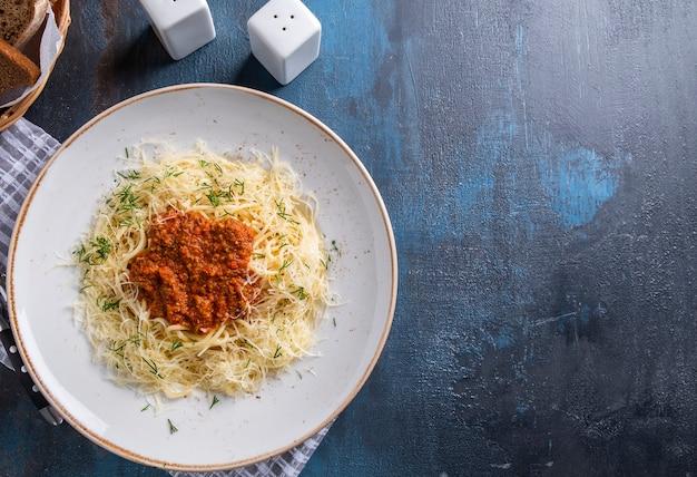 Спагетти болоньезе на тарелке. вид сверху, текстовое пространство