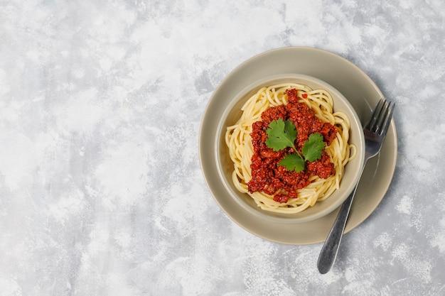 Спагетти болоньезе на сером бетоне