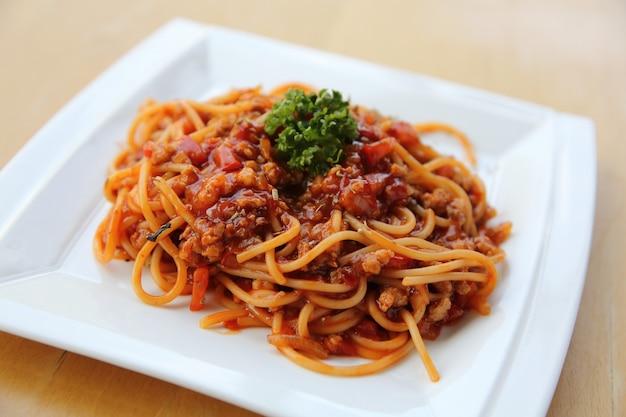 Спагетти болоньезе на деревянном фоне