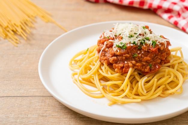 Спагетти из свинины болоньезе или спагетти с томатным соусом из рубленой свинины, стиль итальянской кухни