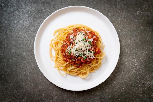 Спагетти из свинины болоньезе или спагетти с томатным соусом из рубленой свинины - стиль итальянской кухни