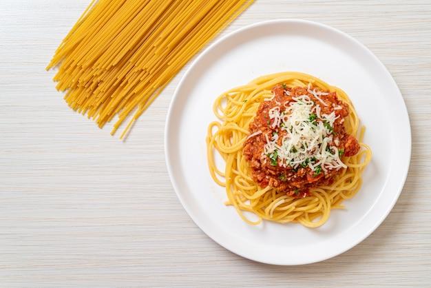 スパゲッティボロネーゼポークまたはミンチポークトマトソースのスパゲッティ
