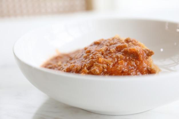 パルメザンチーズとバジルを添えたミンチビーフとトマトソースのスパゲッティボロネーゼ、イタリア料理