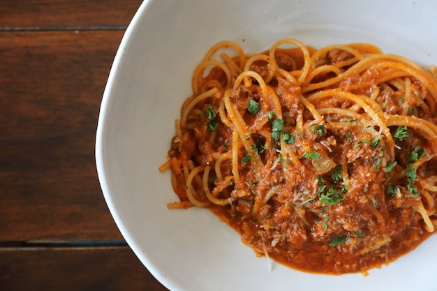 牛ひき肉とトマトソースにパルメザンチーズとバジルを添えたスパゲッティボロネーゼ