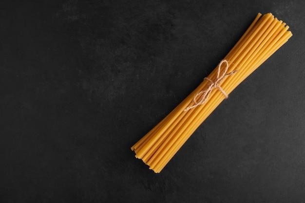 黒の背景、上面図のスパゲッティ束。