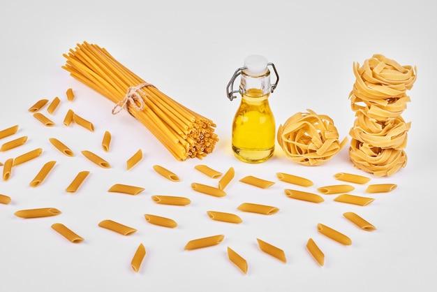 Mazzo di spaghetti su una tavola di legno con olio.