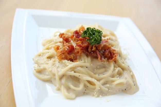 Спагетти карбонара с беконом и сыром