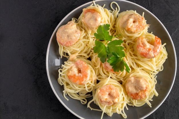 Спагетти сливочно-сырный белый соус с креветками - итальянский стиль еды