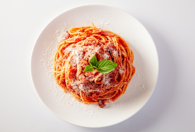 흰색 배경에 접시에 스파게티