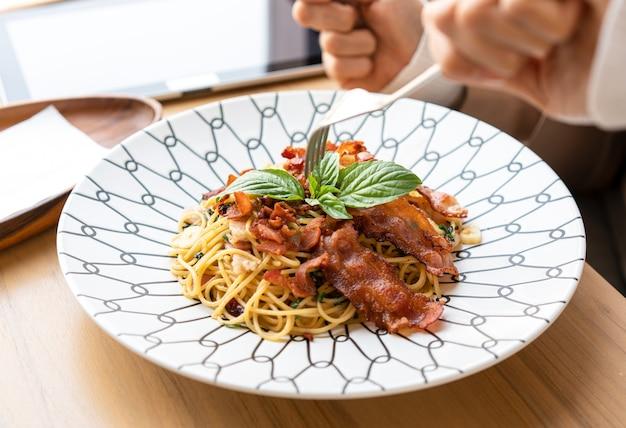 ミニマリストレストランのプレートのスパゲッティ