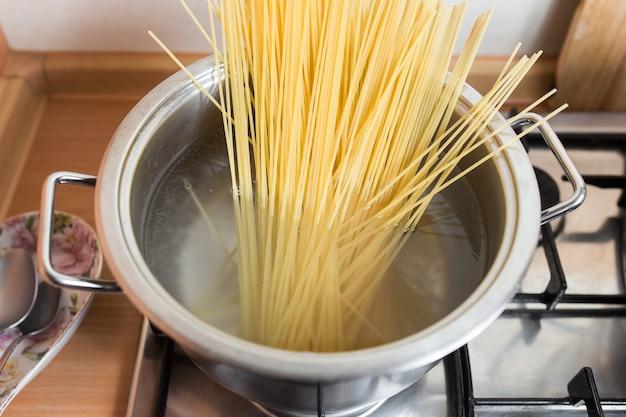 Спагетти в кастрюле варить в кипящей воде.