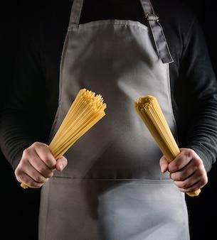 シェフの手にスパゲッティ