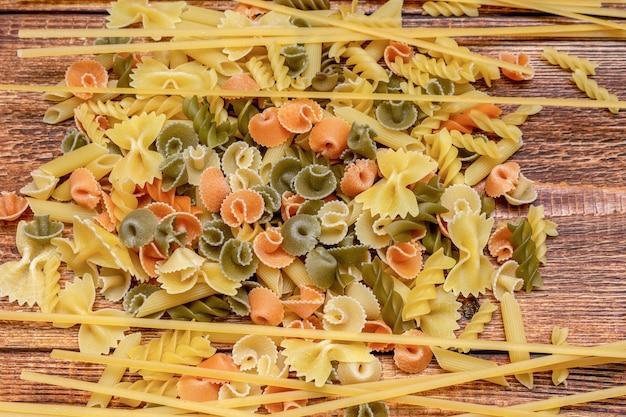 スパゲッティ、マカロニ、木製の背景のパスタのクローズアップ