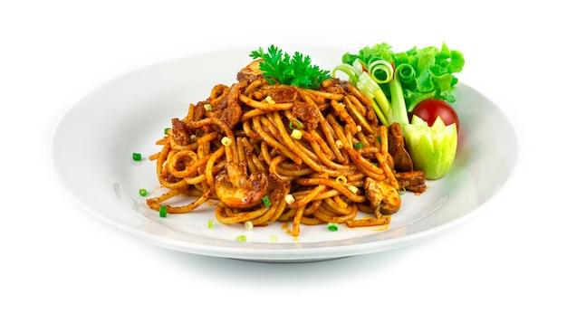 베이컨과 샴피뇽 버섯을 곁들인 스파게티 말라 소스 매운 접시 중국 소스 스타일 장식 야채 측면보기