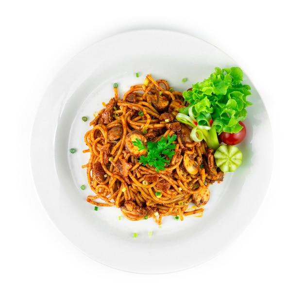 베이컨과 샴피뇽 버섯을 곁들인 스파게티 말라 소스 매운 요리 중국 소스 스타일 장식 야채 탑뷰