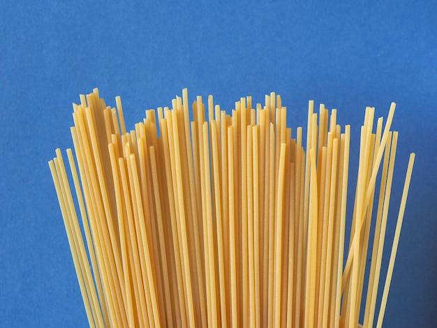 青のスパゲッティパスタ