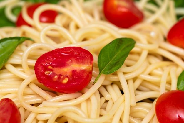 ルッコラとチェリートマトのスパゲッティパスタ