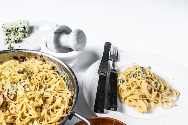 ブルーゴルゴンゾーラチーズソースのスパゲッティパスタ。白色の背景