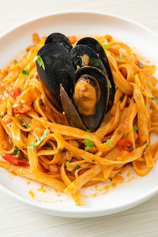 Паста спагетти с мидиями или моллюсками и томатным соусом - итальянская кухня